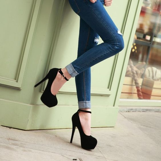 Piernas con pantalón de mezclilla y pumps negro