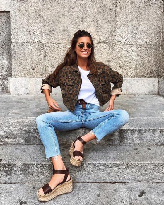 Chica con outfit de mezclilla y zapatos wedges