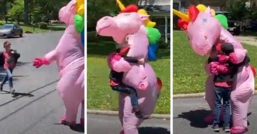 Abuelita usa disfraz de unicornio para poder abrazar a sus nietos
