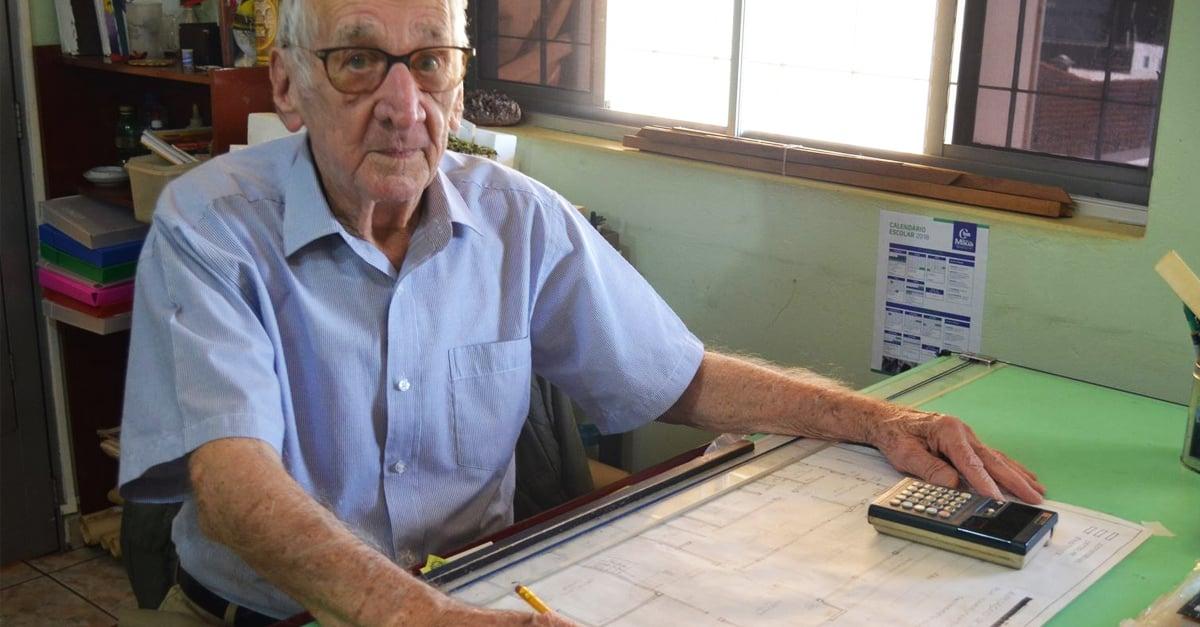 ¡Admirable! A los 92 años anciano cumple su sueño de estudiar arquitectura