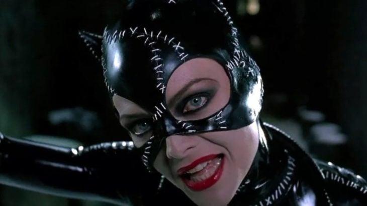 escena de batman returns con michelle pfeiffer como catwoman