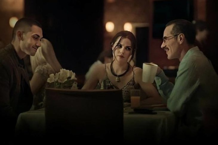 Escena de la serie Oscuro Deseo, con Maite Perroni, Erik Hayser y Alejandro Speitzer sentados en una mesa de un restaurante bebiendo café