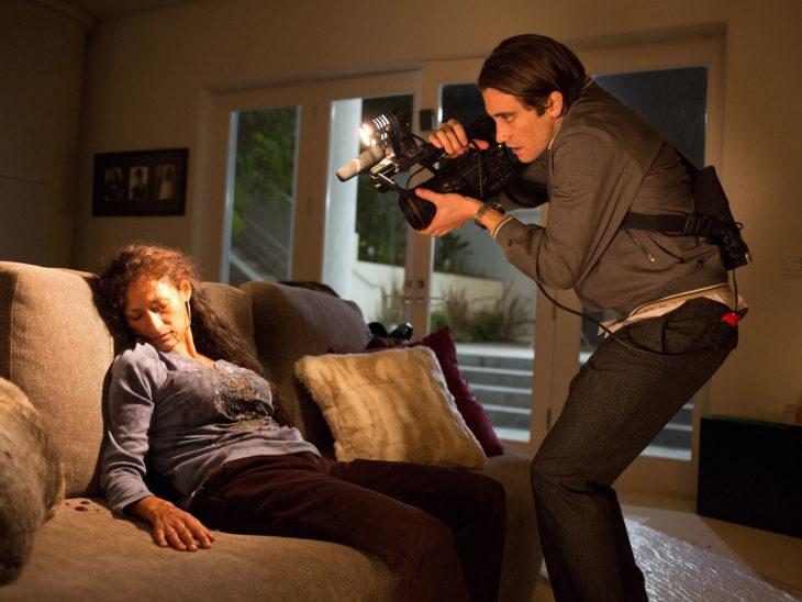 jake gyllenhaal en escena del crimen en la pelicula nightcrawler