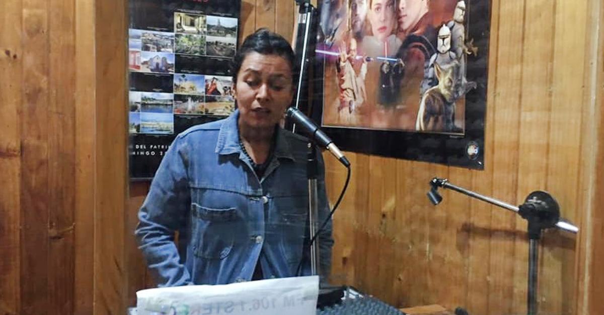 Ante la falta de Internet, maestra de Chile da clases por radio a sus alumnos