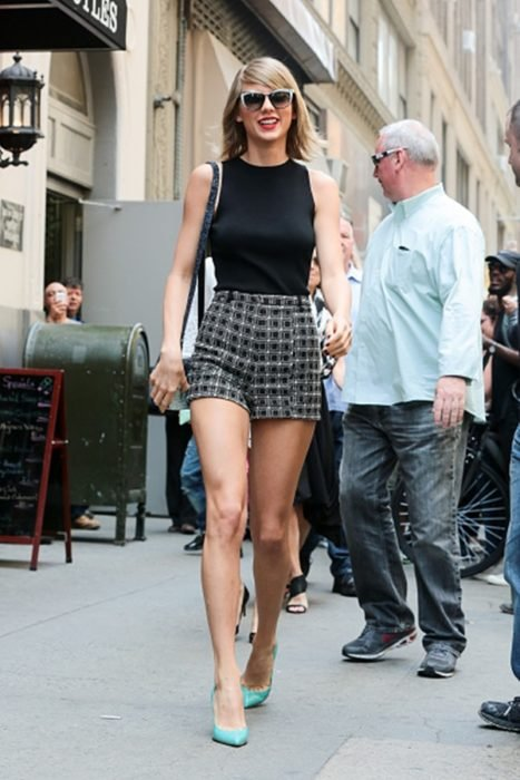 Taylor Swift con skort y tacones