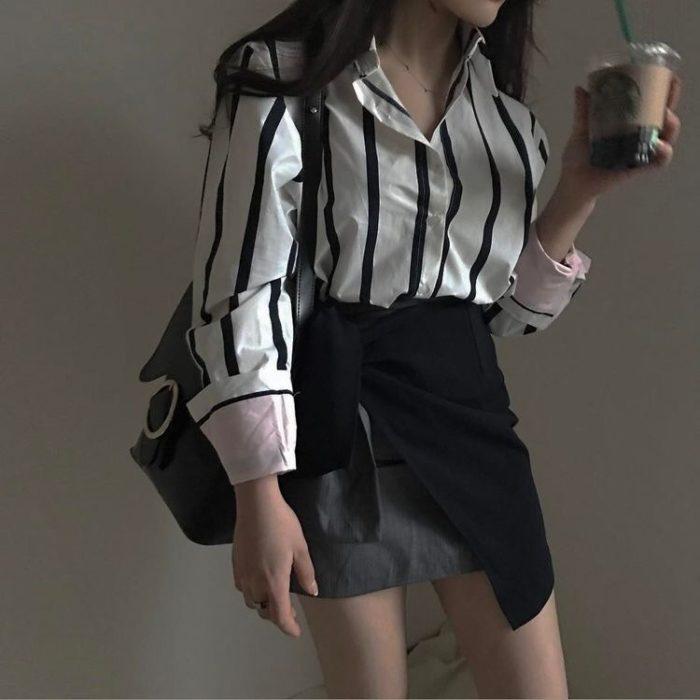 chica con camisa de rayas y falda de vestir