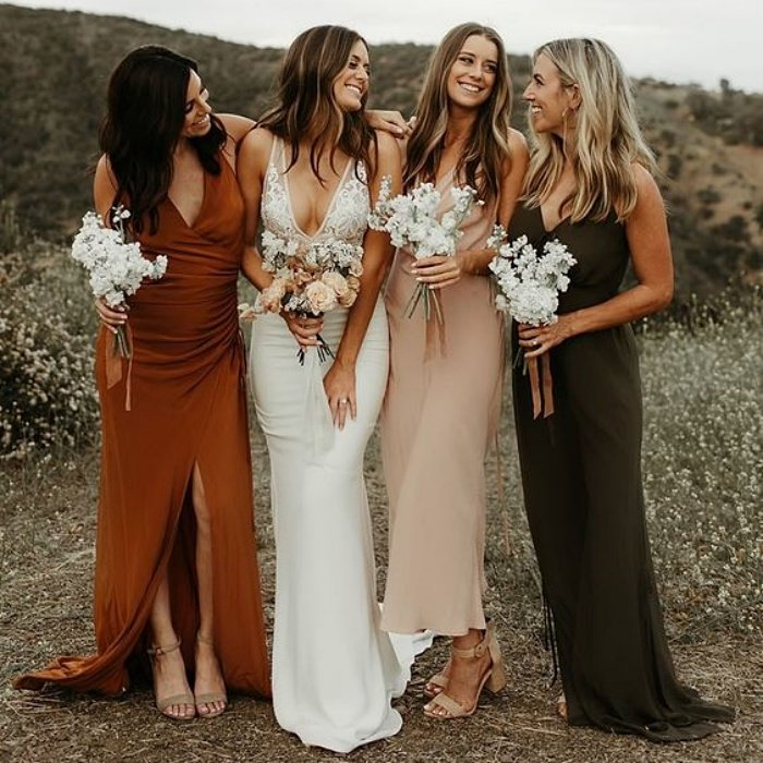 bridesmaids with dresses in different colors, orange, beige and dark gray