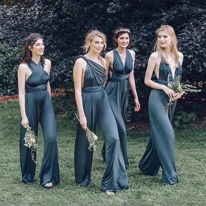 damas de honor usando jumpsuits de seda en color verde opaco