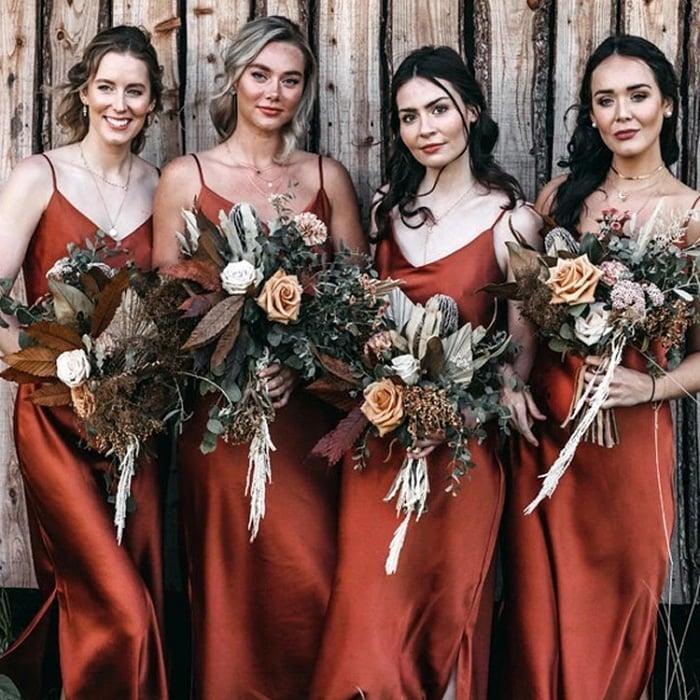 damas de honor usando vestidos tipo slip en color cobre
