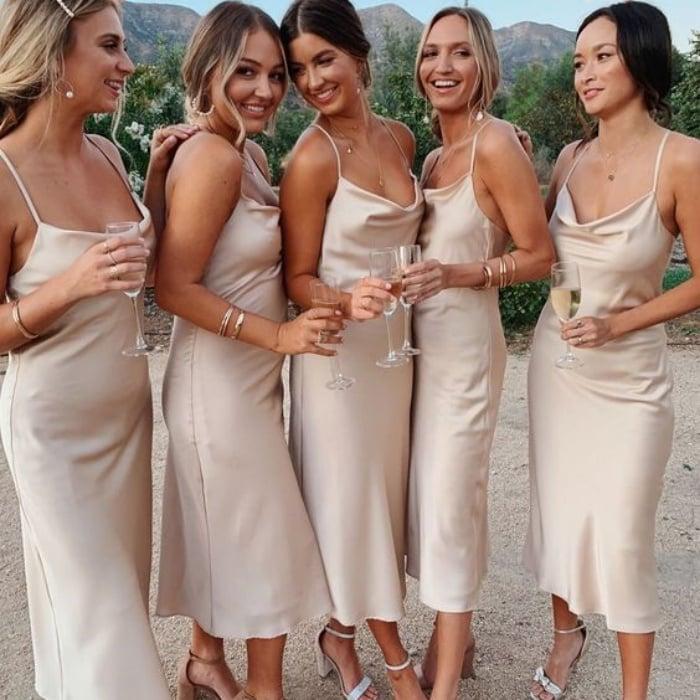 damas de honor con vestidos slip de satén en color champaña
