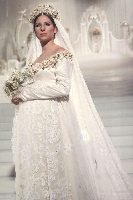actriz barbara streisand usando un vestido de novia en 1968