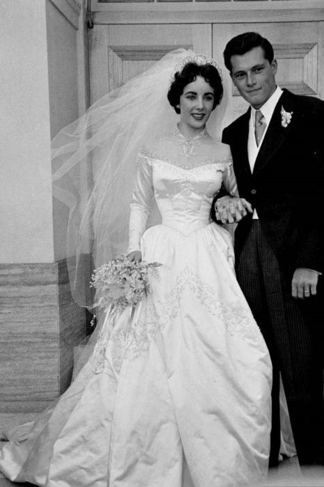 Elizabeth Taylor usando un vestido de novia para su boda en 1950