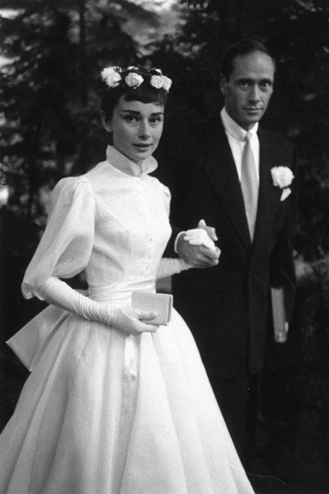 audrey hepburn en su boda con vestido de novia en los años 50's