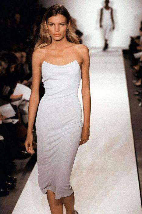 vestido simple de novia diseñado por donna karan en 1998