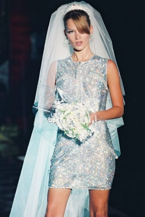 modelo kate moss con vestido del diseñador versace en 1995