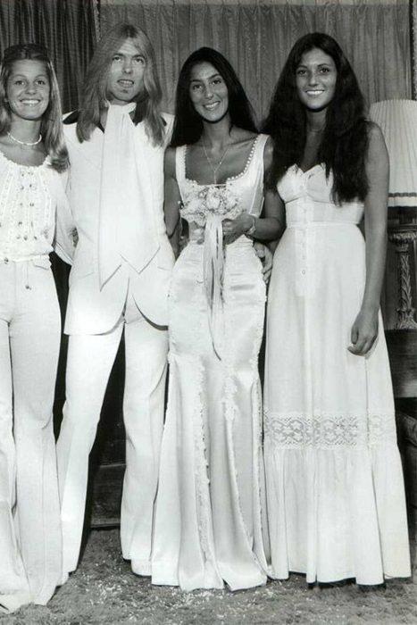 cantante cher con vestido de novia el dia de su boda en 1975