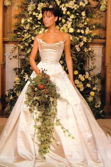 Victoria Beckham el dia de su boda con vestido de novia en 1999