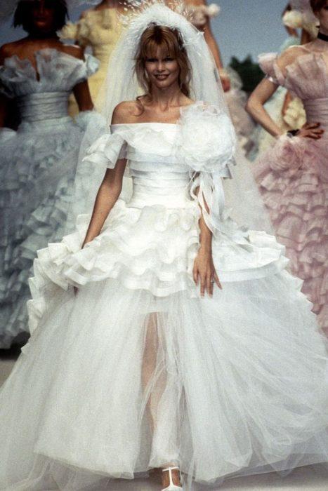 claudia schiffer en la pasarela de chanel en 1995 con un vestido de novia