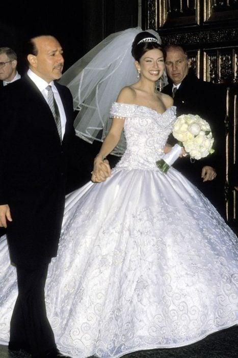 thalia el dia de su boda con tommy motola en el 2000