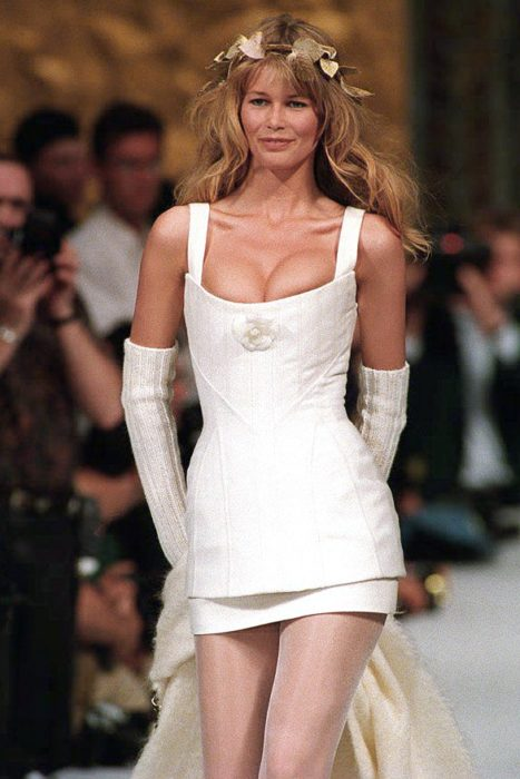 claudia schiffer modelando un vestido de novia de chanel en 1993