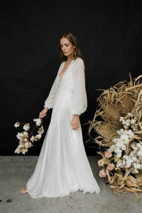 vestido de novia hecho de seda y gasa inspirado en los años 70s