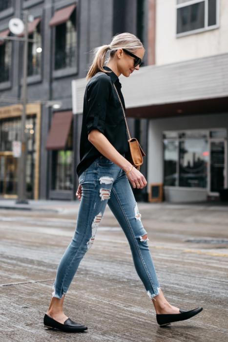 Outfit de chica usando jeans, camisa negra y mocasines negros