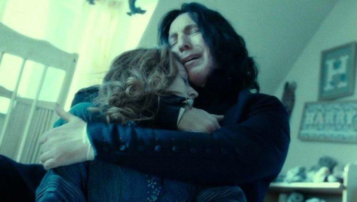 Escena de película de Harry Potter en la que aparece el profesor Snape y abrazando a Lily a quien Voldemort asesinó