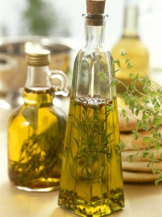 Frasco con aceite de romero para el cabello