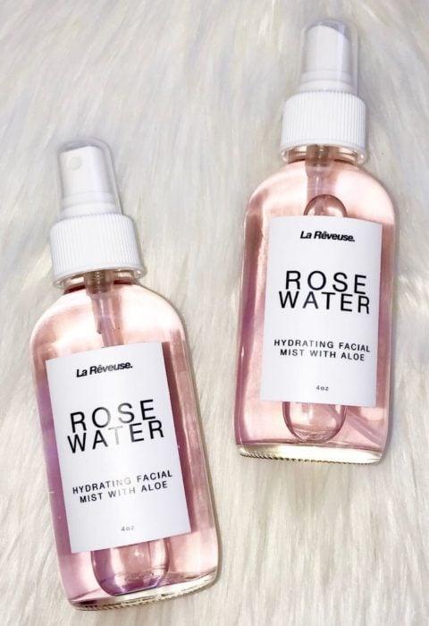 Frascos de cristal con agua de rosas en el contenido