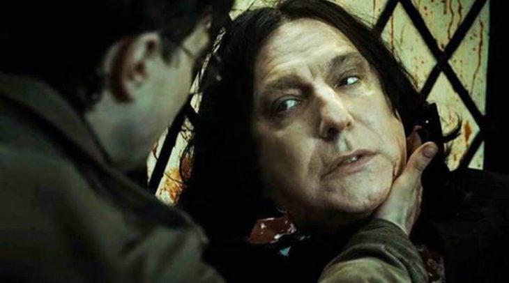 Escena de película de Harry Potter en la que aparece el profesor Snape y Harry justo antes de su muerte