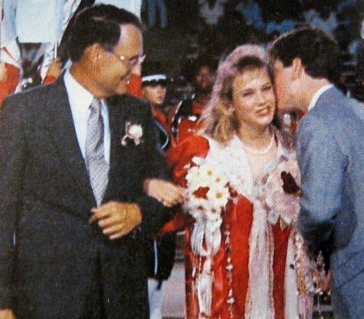 Renée Zellweger siendo coronada como reina escolar