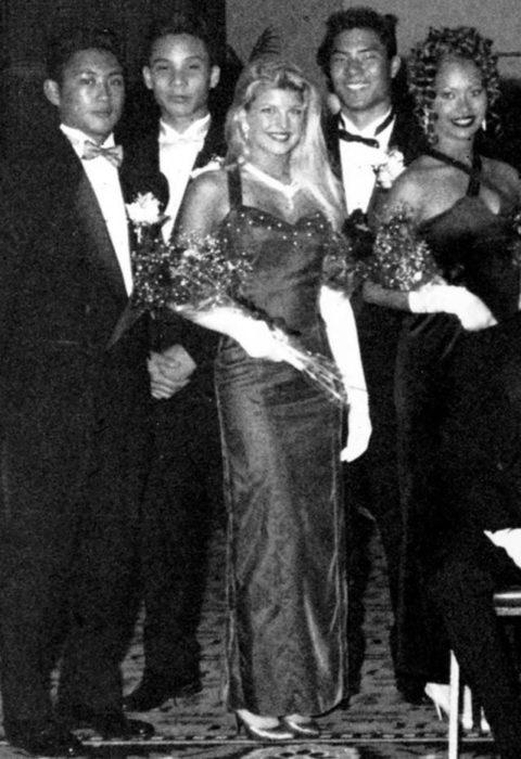 Fergie durante su graduación siendo coronada como reina del baile