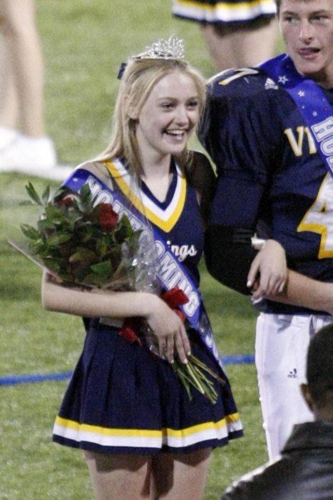 Dakota Faning coronada como reina de graduación en su escuela