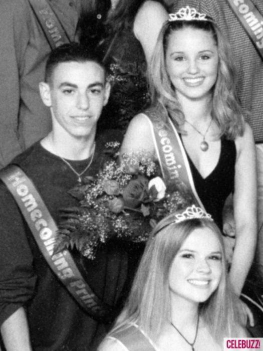 Diana Agronn durante su graduación siendo coronada como reina del baile