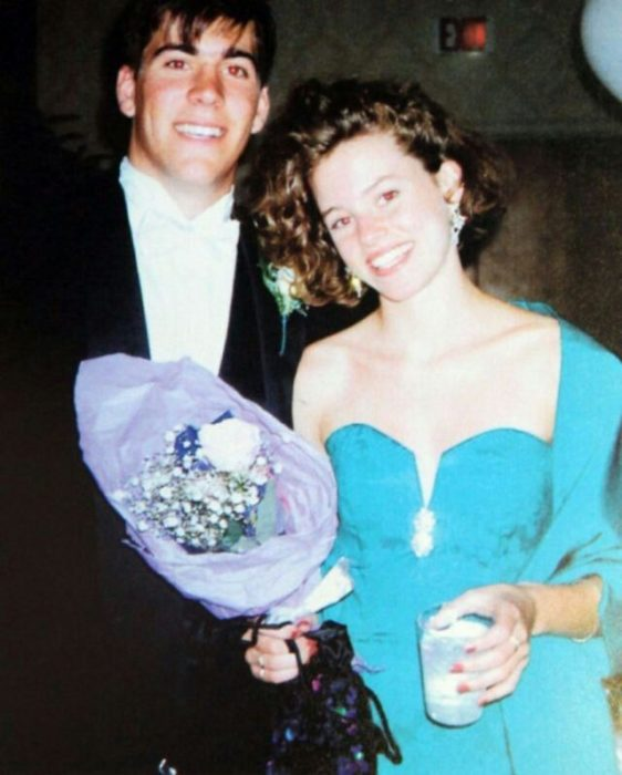 Elizabeth Banks durante su graduación siendo coronada como reina del baile