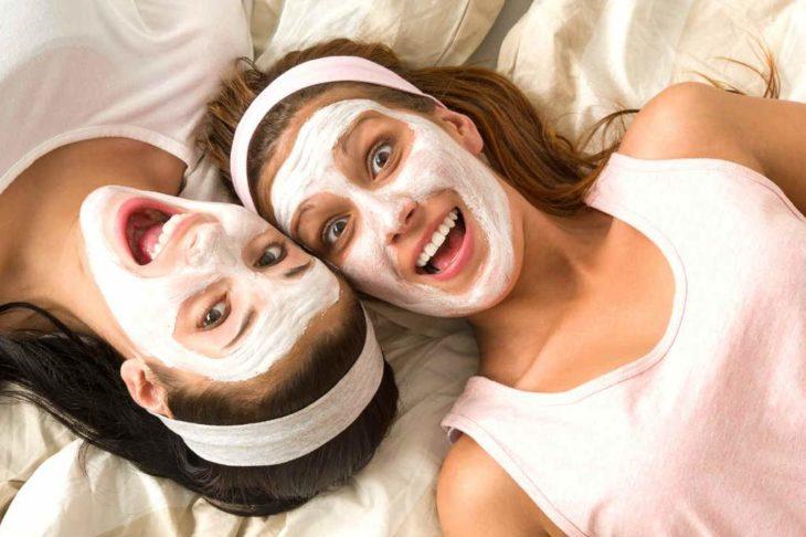 Chicas llevando mascarillas a base de grenetina en color blanco