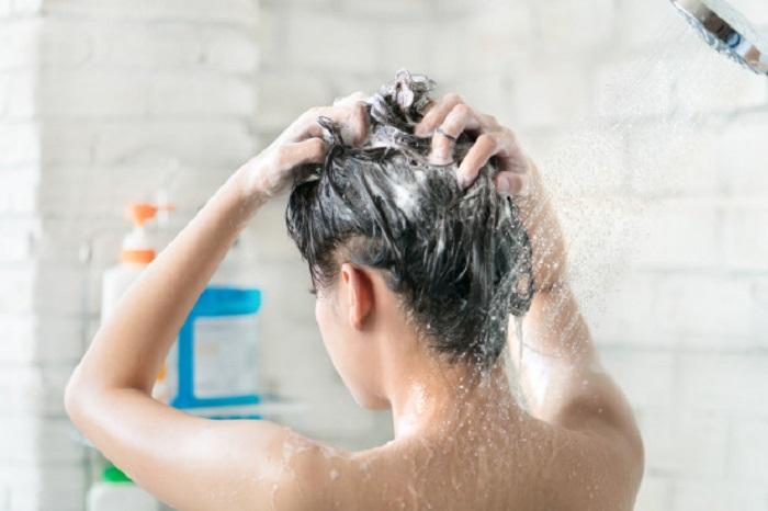 Chica tomando un baño caliente