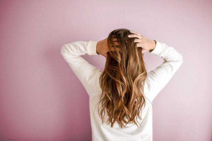 Mujer tocando su cabello