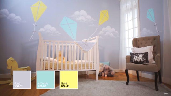 Habitación infantil decorada en tonos grises, verdes y amarillos
