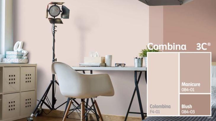 Sala de estudio decorada en tonos crema y tierra