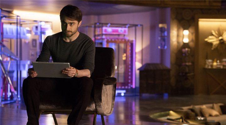 Daniel Radcliffe en la película Ahora me ves 2 sentado en una sofá