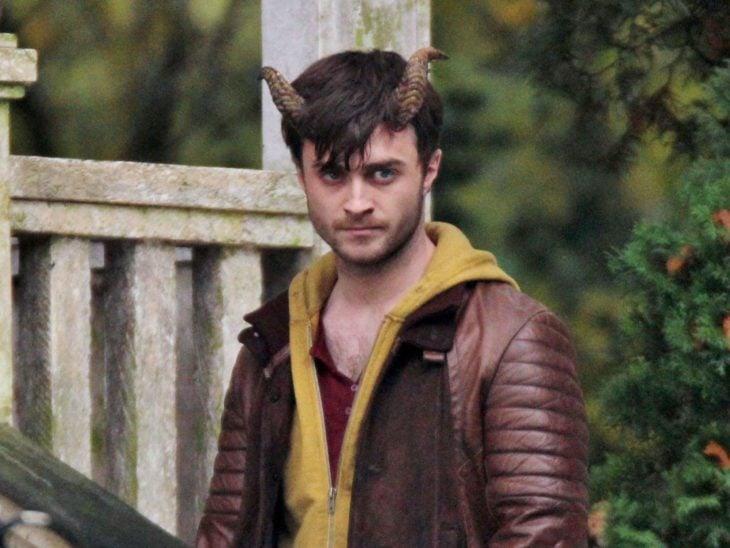Daniel Radcliffe en la película Horns llevando chamarra de color vino