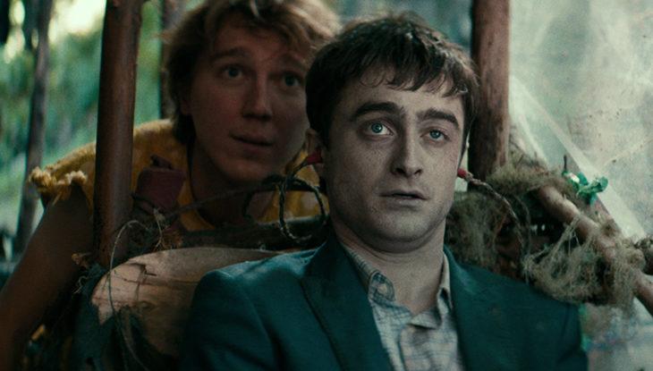 Daniel Radcliffe en la película Un cadáver para sobrevivir, sentado en medio de la selva