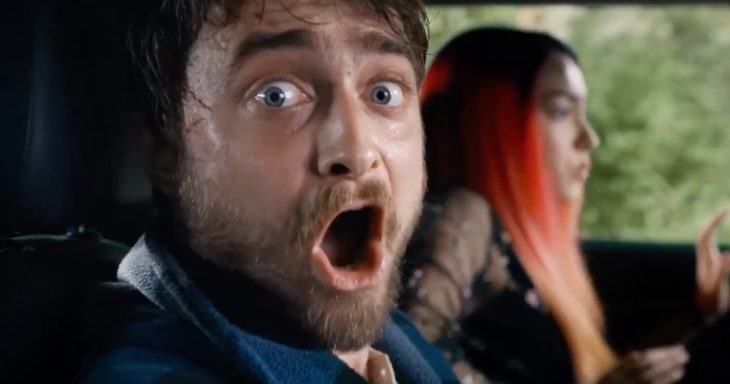 Daniel Radcliffe en la película Guns Akimbo gritando dentro de un coche