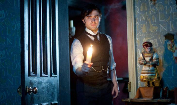 Daniel Radcliffe en la película La dama de negro sosteniendo una vela