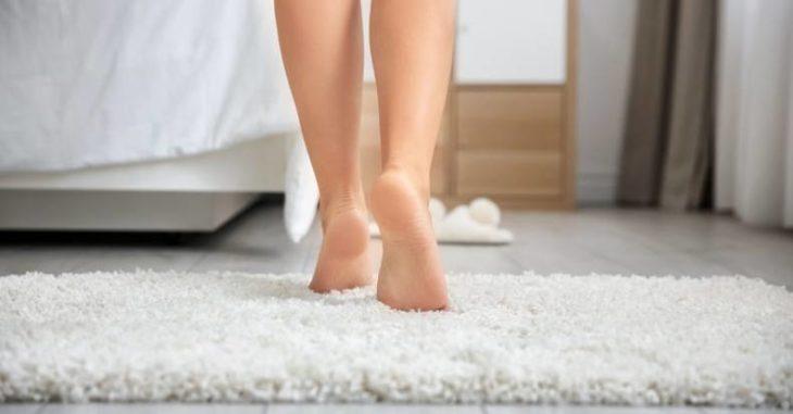 Chica caminando de puntillas