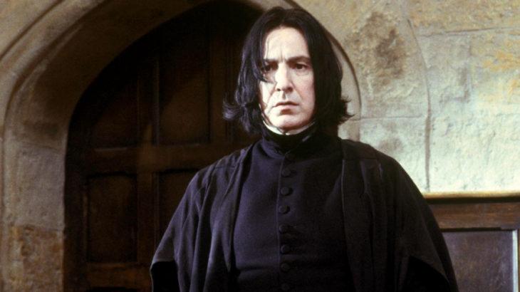 Escena de película de Harry Potter en la que aparece el profesor Snape con mueca seria