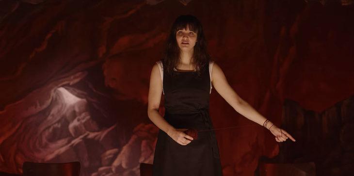 Escena de la serie Dark con Martha Nielsen en una obra de tetatro