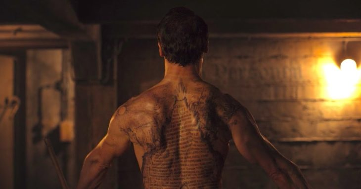 Escena de la serie Dark con Noah mostrando su espalda tatuada con la Tabla Esmeralda