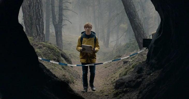 Escena de la serie Dark con Jonas entrando a la cuevas de Winden